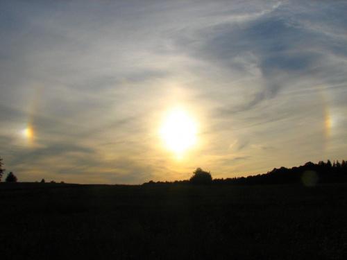 ciekawe zjawisko dzisiaj było :D to ponoć halo słoneczne. później jeszcze podobna tęcza była także nad słońcem :D ale zbyt obawiałam się o aparat by robić 2 zdjęcia słońcu. #HaloSłoneczne