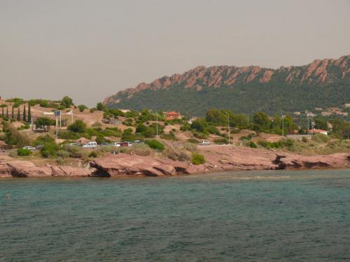 Ciągnące się od St. Raphael do Cannes czerwone, skaliste klify masywu Esteral #LazuroweWybrzeże