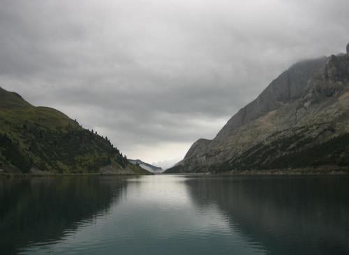 Lago di Fedaia, po prawej północny stok Marmolayd #góry #Dolomity #Włochy