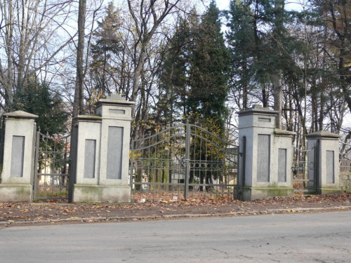 zamknięta główna brama wejściowa