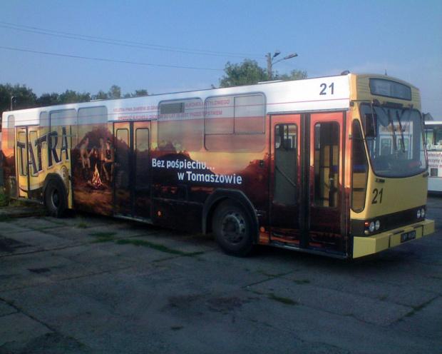 Nie lubie tego piwa ale reklama ładna... zdjecie tylko nie teges wyszło. nierówno oswietlony autobus w blasku zachodzacego slonca.... #tatra #piwo #tomaszów #mzk