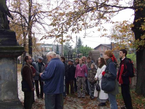 Spacer historyczny (6X 2007). Przed nowym kościołem (budowa 1902) w Kochłowicach. #kochlowice #Kochlowitz #Kochłowice #NowyKościół